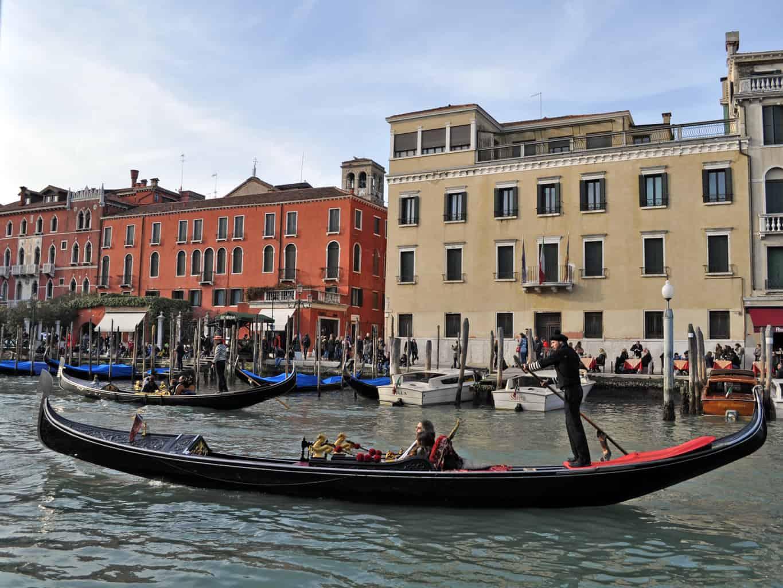 Покататься на гондоле в Венеции