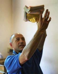 Мастер сусального золота в мастерской Венеции