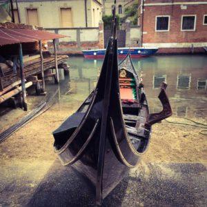 Готовая гондола на верфи в Венеции
