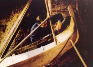 Посмотреть как мастер делает гондолу в Венеции