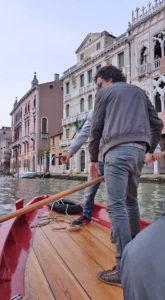 урок гребли по-венециански в венеции