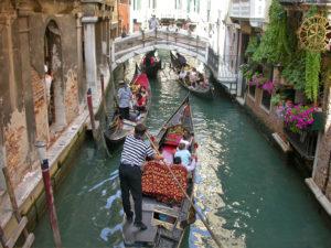 Покататься на гондоле в Венеции недорого