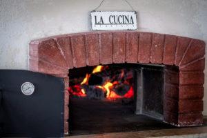Дровяная печь в пиццерии в Венеции